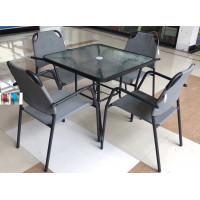 Պարտեզային սեղան իր չորս աթոռներով