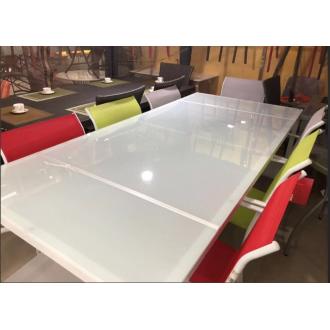 Պլաստիկ սեղան մետաղյա հիմքով իր ութ աթոռներով